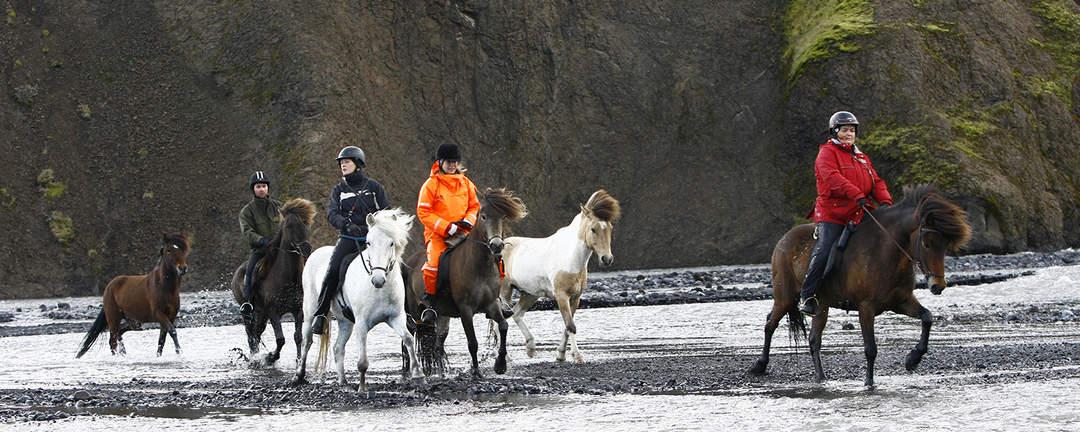 Rider över älven Markarfljót på Island