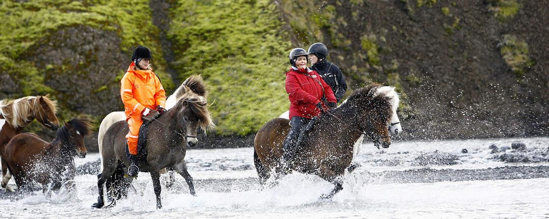 Korsar glaciärälven Krossá på islandshäst