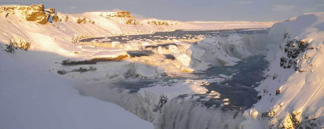 Ridresa på islandshäst längs den majestätiska kanjonen Brúarhlöð där mjölkvitt smältvatten från glaciärerna
