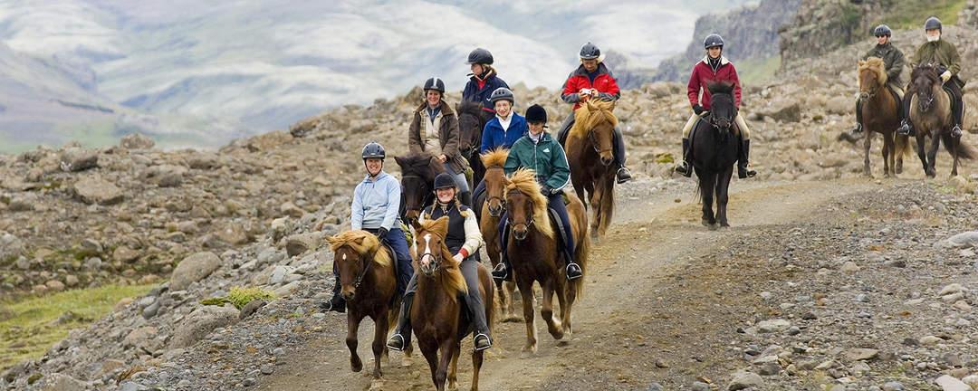 Rider på islandshäst längs ravinen Brúarhlöð