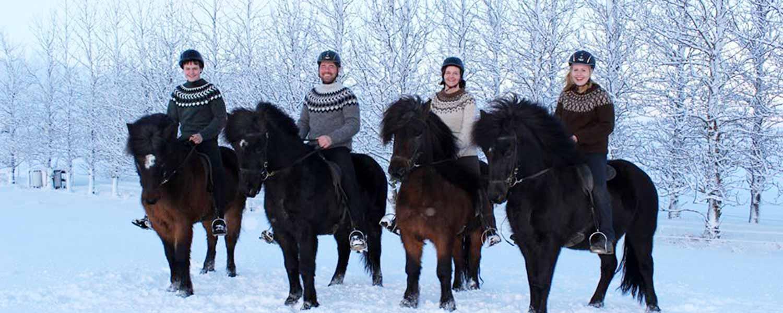 Glada ryttare på islandshäst i fantastiskt vinterlandskap