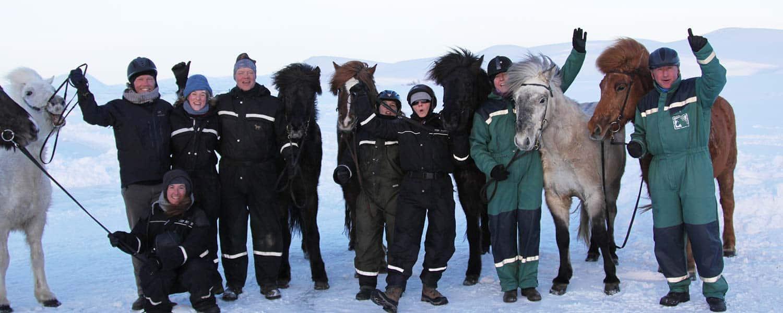Glatt ridgäng med sina islandshästar