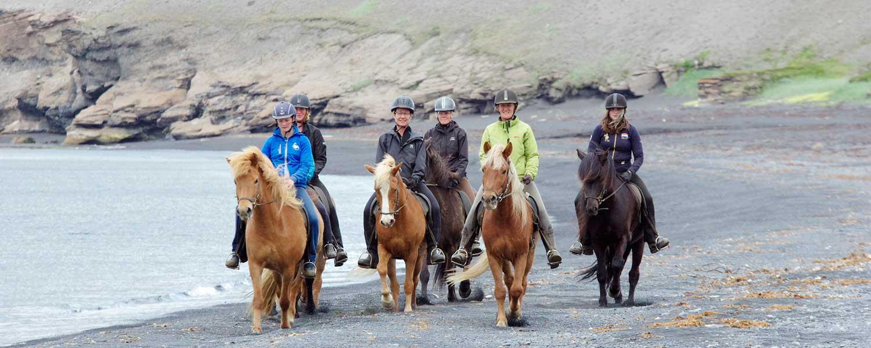 Rider längs kusten och njuter av fantastisk utsikt över horisonten
