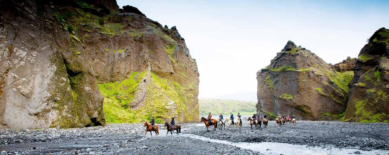 Rider vid den mäktiga ravinen Stakkholtsgjá på Island