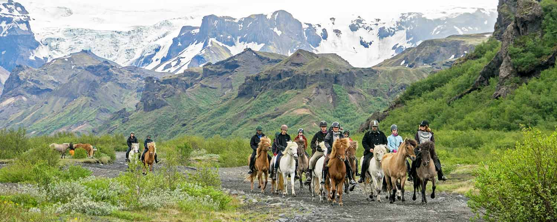 Rider genom dalen Thórsmörk, en av Islands vackraste platser