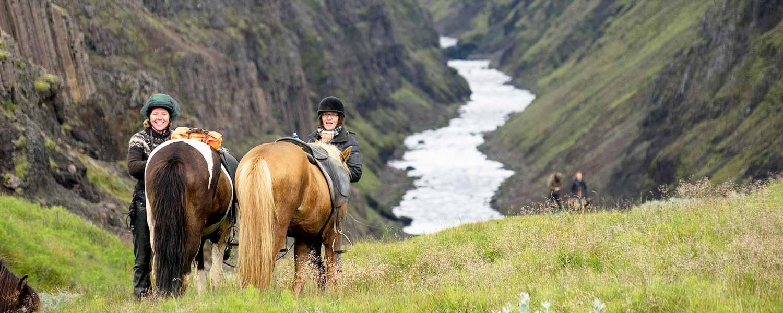 Rider längs med floden Hvitá