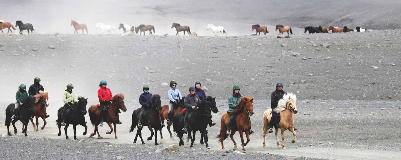 Rider genom de sandiga öknarna Kjölur och Sprengisandur