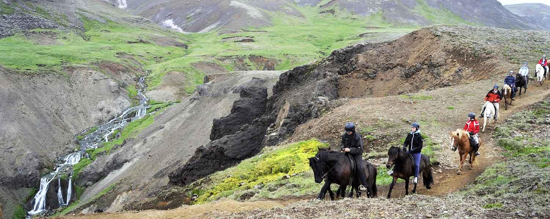 Rider efter ån Gljúfurá vid den mäktiga glaciärfloden Ölfusá på Island