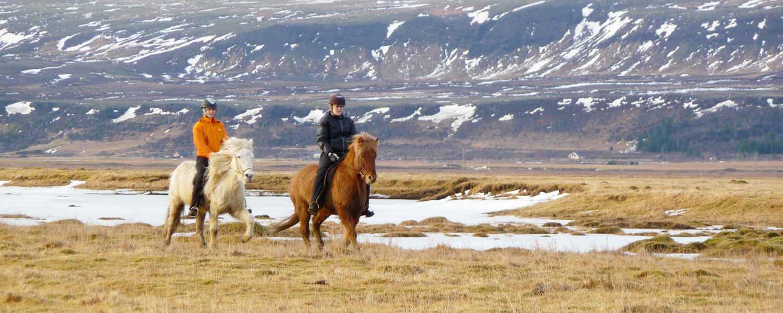 Rider längs bergskanten av berget Reykjafjall