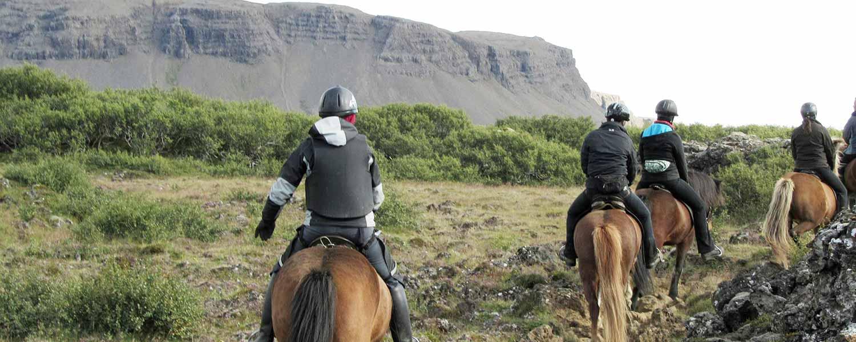 Rider islandshäst vid vulkanderna på Island