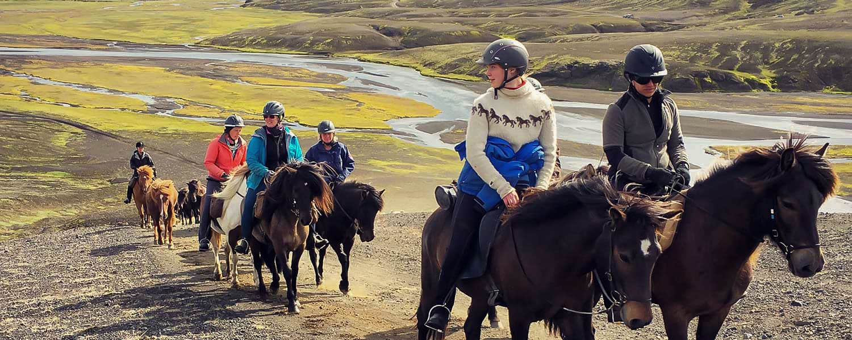 Rider islandshäst på Island