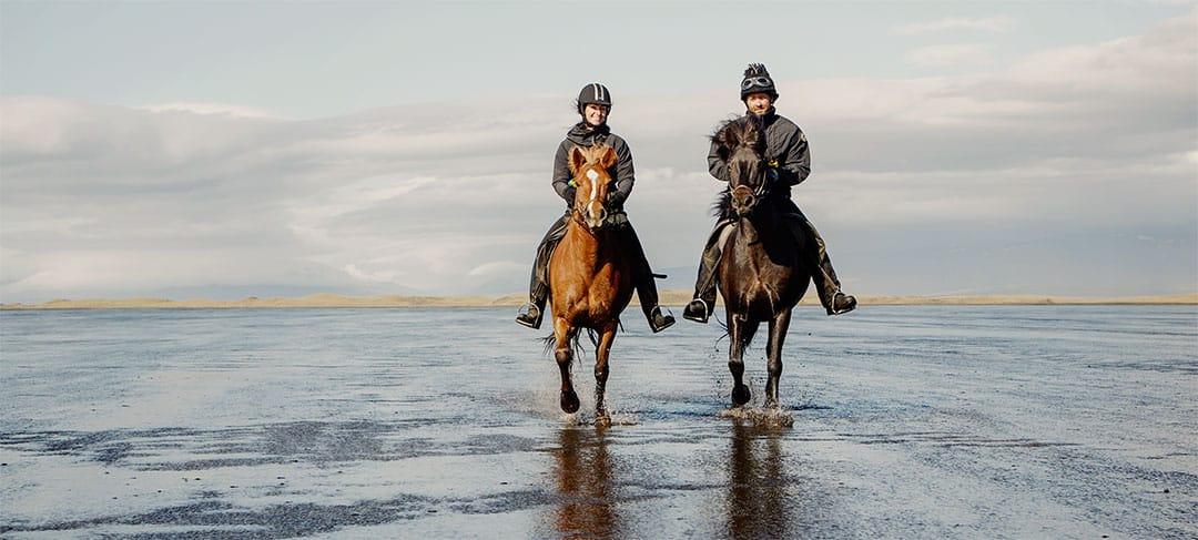 Rider islandshäst på lyxig ridresa Snæfellsnes Island