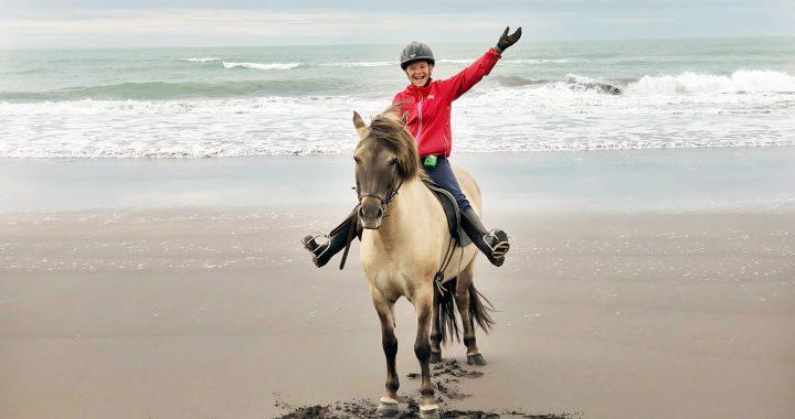 rider islandshäst på stranden när Reykjavik