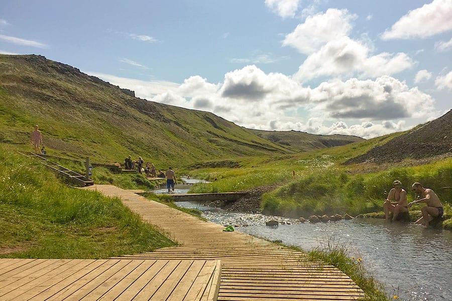 Magisk avkoppling och bad i het flod på Island