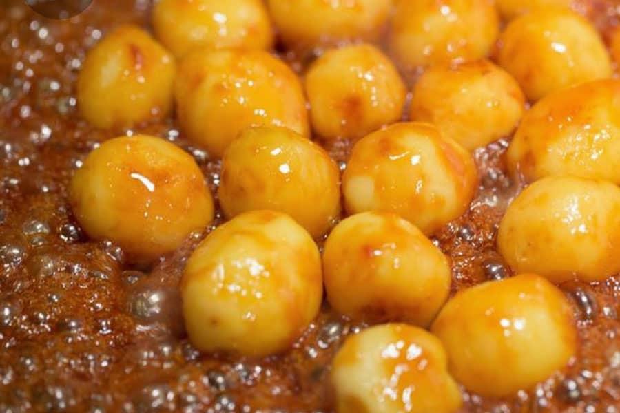 Smör och sockerglaserade potatisar i panna